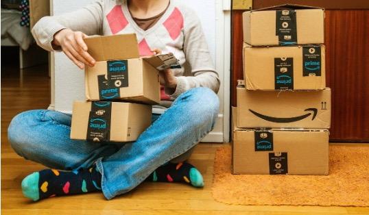 Joven abriendo paquetes de Amazon Prime