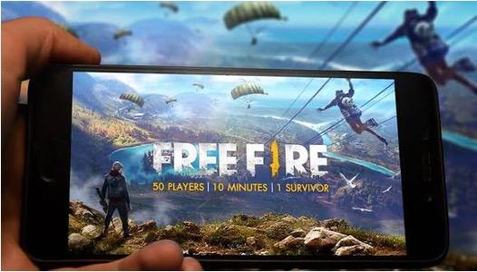 Joven jugando Free Fire en dispositivo móvil